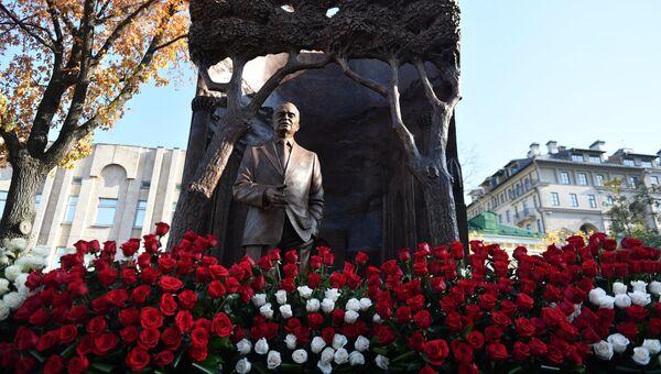 Церемония открытия памятника первому президенту Узбекистана Исламу Каримову в Москве
