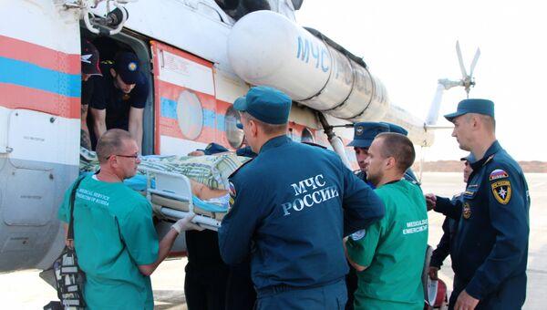 Пострадавшего при нападении на Керченский политехнический колледж переносят из вертолета на спецборт МЧС, чтобы вывезти в Москву для оказания высокотехнологичной медицинской помощи. 18 октября 2018