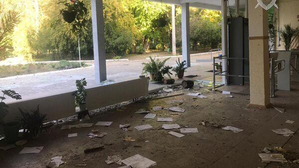 Поврежденный главный вход керченского колледжа