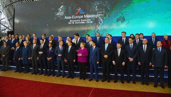 Председатель правительства РФ Дмитрий Медведев на церемонии фотографирования глав делегаций стран-участниц 12-го саммита Европа – Азия (АСЕМ) в Брюсселе