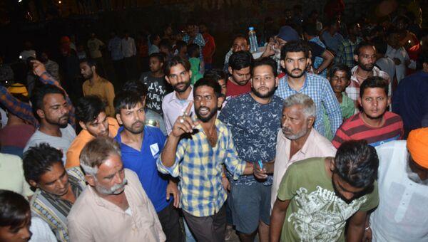 Место наезда поезда на толпу людей в индийском городе Амритсар