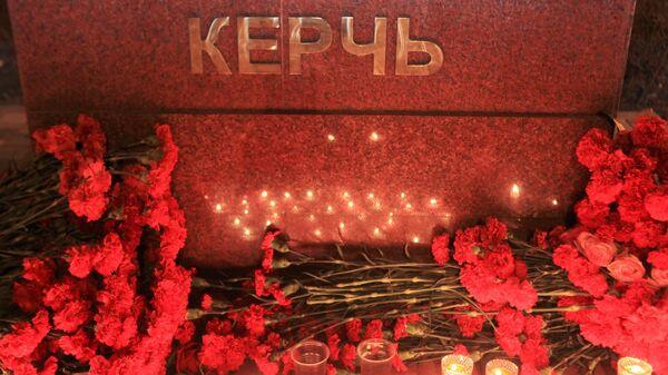 Цветы и свечи в память о погибших при нападении на керченский колледж у мемориала, посвященного городу-герою Керчи, в Парке победы в Пятигорске