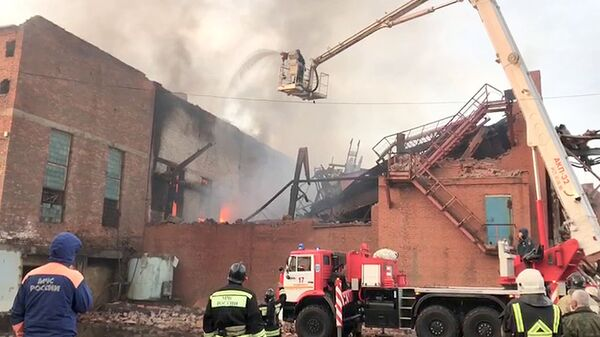 Сотрудники противопожарной службы на месте пожара на заводе Электроцинк во Владикавказе