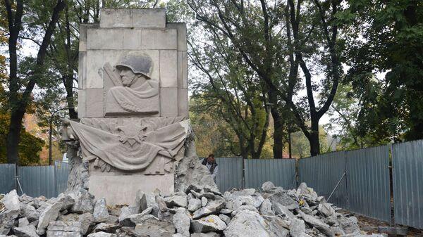 Снос памятника Благодарности солдатам Красной армии, павшим в ходе боевых действий времен Великой Отечественной войны, в Скарышевском парке Варшавы