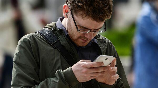Мужчина с мобильным телефоном