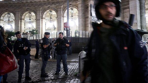 Сотрудники полиции дежурят у входа на станцию метро Repubblica в Риме