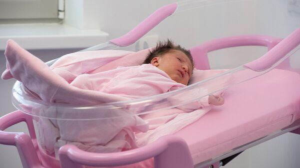 Новорожденный ребенок в роддоме. Архивное фото
