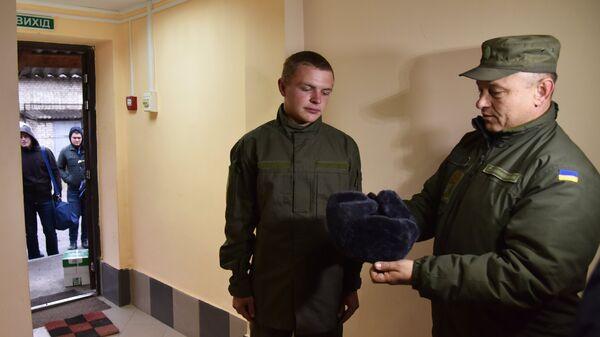Получение обмундирования призывниками, прибывшими в одну из воинских частей Нацгвардии Украины во Львове