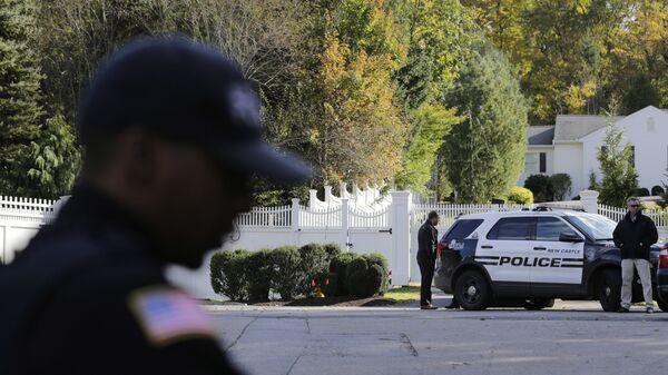 Полицейские у дома Билла и Хиллари Клинтон в пригороде Нью-Йорка