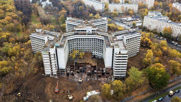 Начало работ по сносу недостроенного здания больницы на Клинской улице в Ховрино. 25 октября 2018