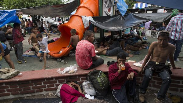 Мигранты из каравана беженцев из Гондураса в импровизированном лагере в Мапастепеке, Мексика. Архивное фото