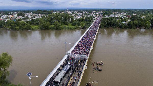 Караван мигрантов из Гондураса в США на мосту между Гватемалой и Мексикой. Архивное фото