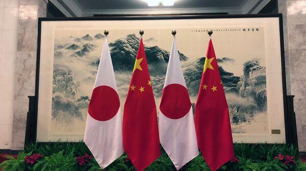 Флаги Японии и Китая в Доме народных собраний