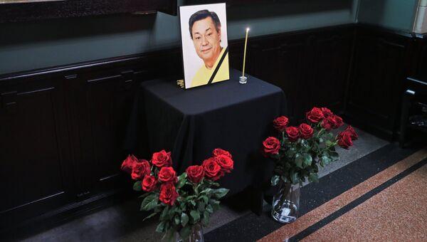 Цветы и свеча у портрета актера Николая Караченцова в фойе служебного входа театра Ленком