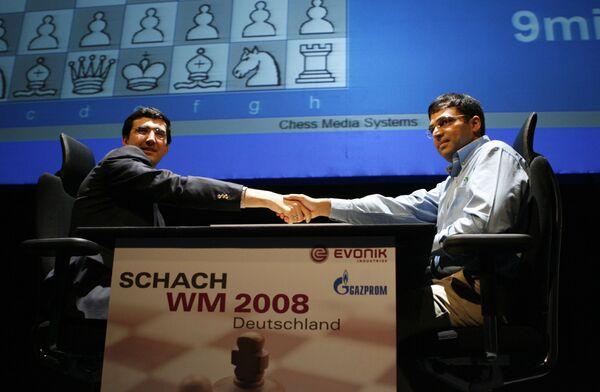 Вишванатан Ананд (справа) и Владимир Крамник