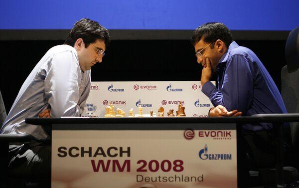 Владимир Крамник (слева) и Виши Ананд в первой партии матча за звание абсолютного чемпиона мира по шахматам