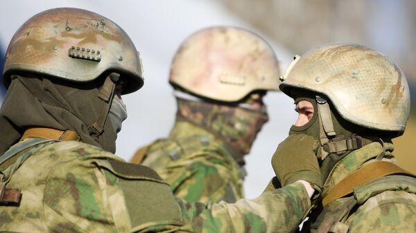Военнослужащие во время информационно-агитационной акции