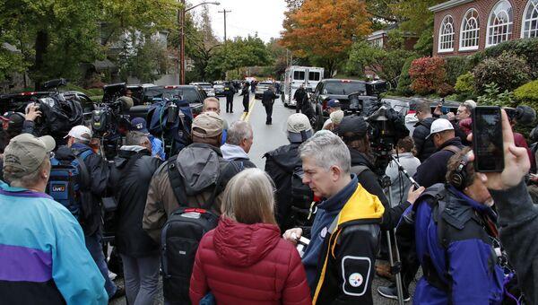 Представители СМИ недалеко синагоги в американском городе Питтсбург, где произошла стрельба. 27 октября 2018