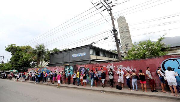 Очередь у избирательного участка для голосования во втором туре президентских выборов в Рио-де-Жанейро, Бразилия. 28 октября 2018