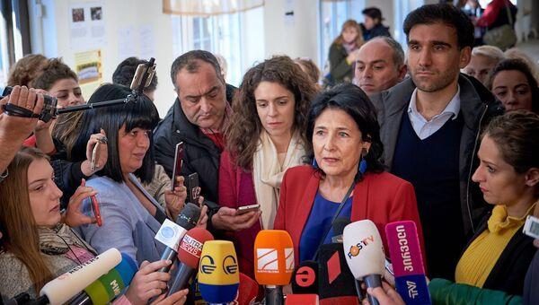 Независимый кандидат Саломе Зурабишвили на выборах президента Грузии на избирательном участке в Тбилиси. 28 октября 2018
