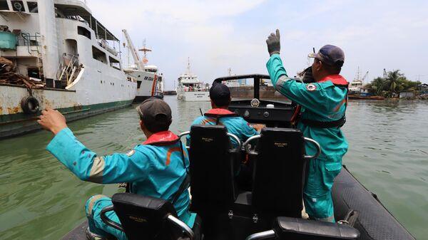 Спасательная команда отправляется на поиски выживших на месте крушения Boeing 737 авиакомпании Lion Air в Индонезии. 29 октября 2018
