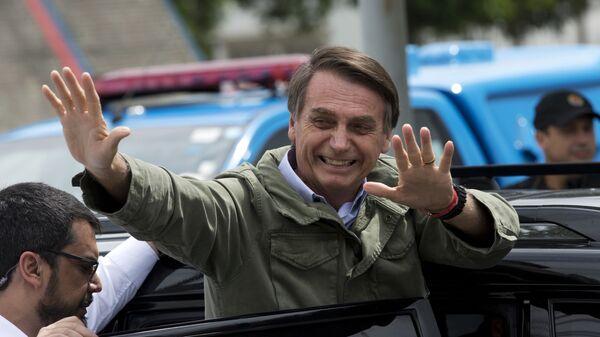 Жаир Болсонару, кандидат в президенты Бразилии от Социально-либеральной партии, после голосования на избирательном участке в Рио-де-Жанейро. 28 октября 2018
