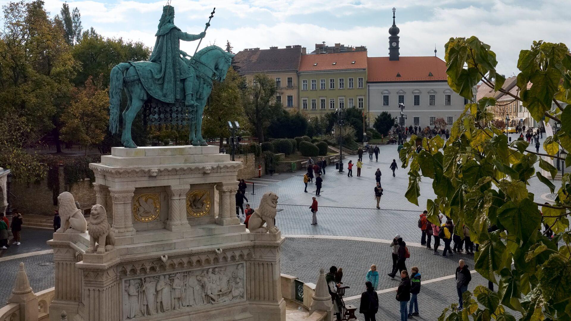 Конная статуя Святого Иштвана на территории Рыбацкого бастиона на Крепостном холме в Буде в Будапеште - РИА Новости, 1920, 26.07.2021