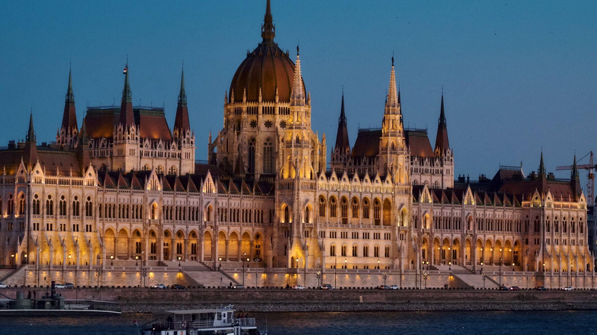 Здание венгерского парламента на берегу Дуная в Будапеште - РИА Новости, 1920, 04.06.2019