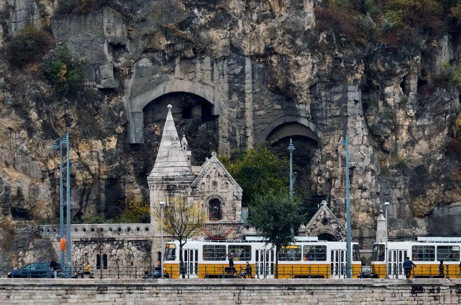 Пещерный храм у подножия горы Геллерт в Будапеште