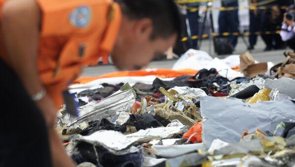 Предметы с места крушения пассажирского самолета Boeing 737 авиакомпании Lion Air у западного побережья острова Ява