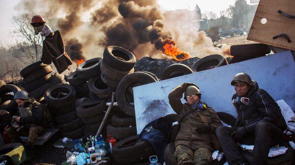 Сторонники радикальной оппозиции на баррикаде Институтской улицы в Киеве. 2014 год.