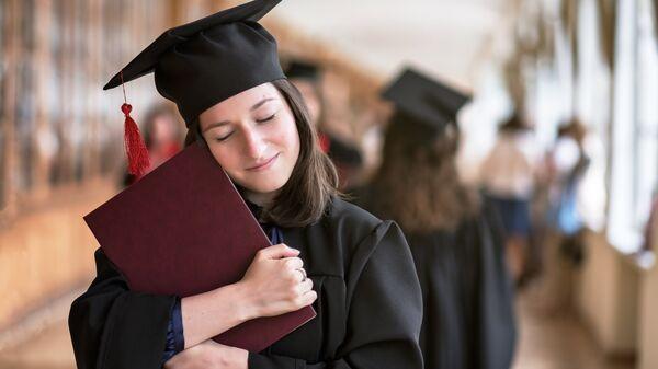 Девушка с дипломом