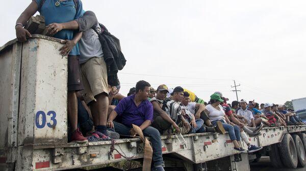 Мигранты из Гондураса, направляющиеся, в составе каравана, по территории Мексики в направлении границы с США. Архивное фото