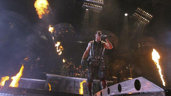 Солист группы Rammstein Тилль Линдеманн во время выступления