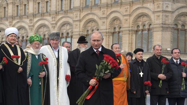 Президент РФ Владимир Путин на церемонии возложения цветов к памятнику Кузьме Минину и Дмитрию Пожарскому. 4 ноября 2018