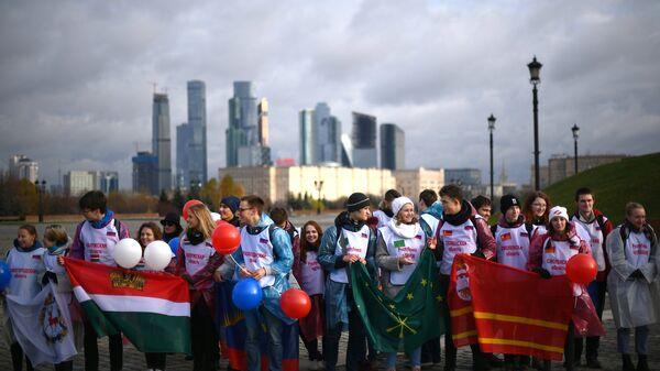 Участники флешмоба, где будут развернуты флаги всех 85 регионов России в честь Дня народного единства на Поклонной горе в Москве. 4 ноября 2018