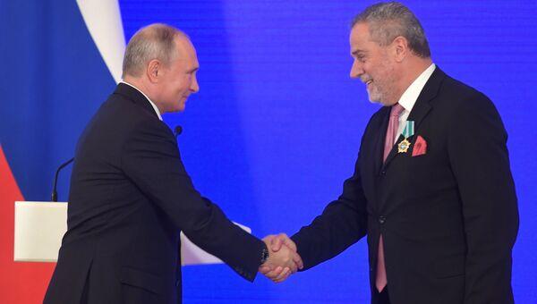 Владимир Путин и мэр города Загреба Милан Бандич на церемонии награждения в Кремле в честь Дня народного единства. 4 ноября 2018