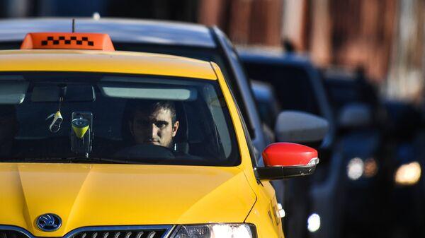 Водитель такси на Бульварном кольце в Москве