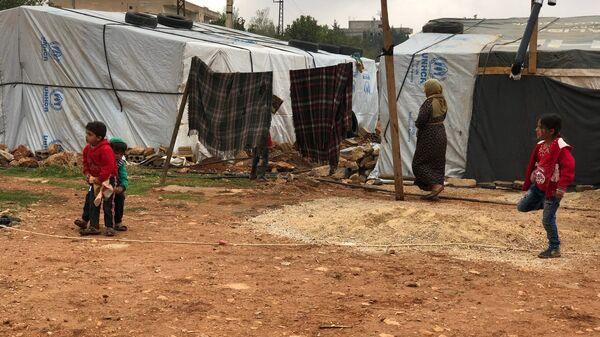 Стихийный палаточный городок сирийских беженцев в долине Бекаа в Ливане