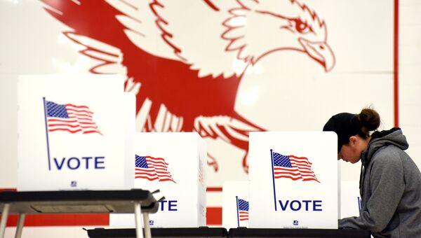 Голосование на примежуточных выборах на избирательном участке в Мэдисоне, штат Висконсин, США. 6 ноября 2018