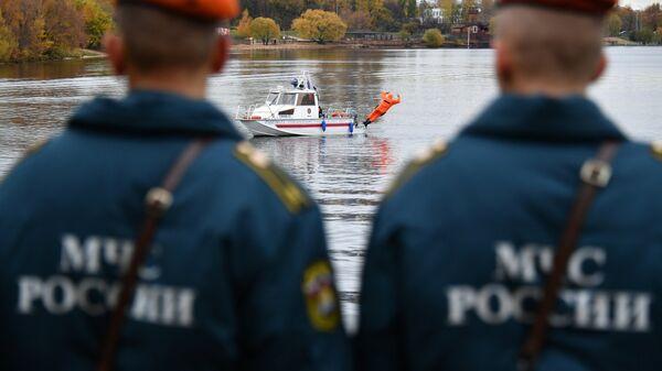 Сотрудники Московской городской поисково-спасательной службы на водных объектах во время подготовки к работе в зимний период