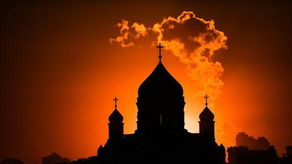 Вид на Храм Христа Спасителя с территории природно-ландшафтного парка Зарядье в Москве