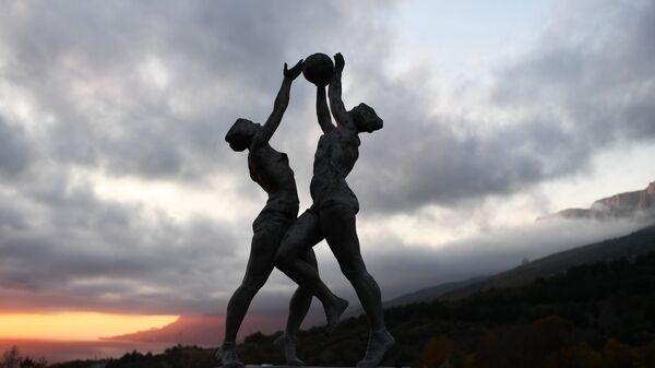 Статуя на стадионе детского лагеря Смена в поселке Понизовка