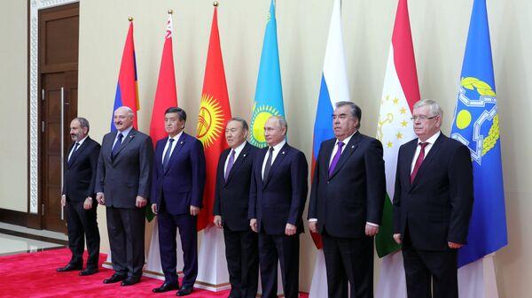 Президент РФ Владимир Путин во время церемонии фотографирования глав делегаций государств — членов ОДКБ в Астане. 8 ноября 2018 года