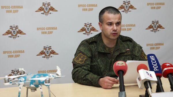 Начальник пресс-службы Управления народной милиции ДНР Даниил Безсонов во время демонстрации сбитого беспилотного летательного аппарата в Донецке. 8 ноября 2018