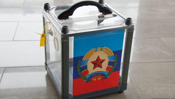 Урна для голосования на одном из избирательных участков в Луганске. Архивное фото