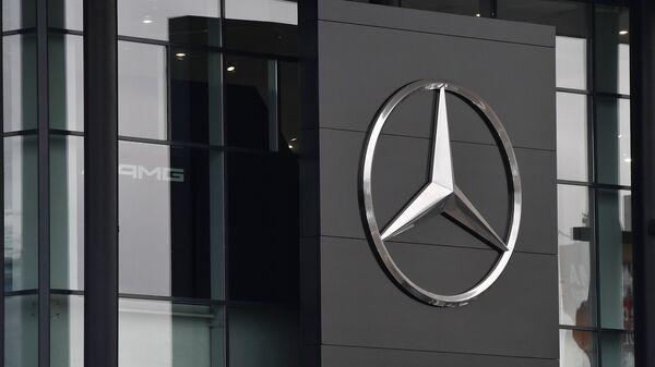 Автосалон по продаже автомобилей марки Mercedes-Benz. Архивное фото