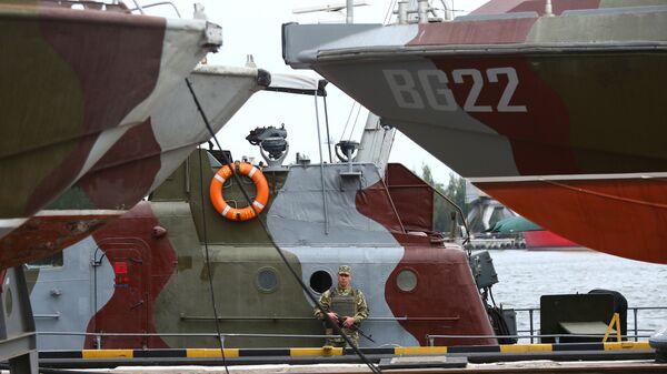 Украинский военнослужащий на борту патрульного катера в порту Мариуполя. Архивное фото