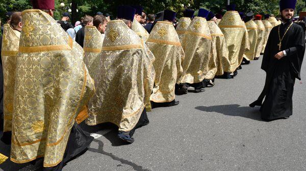 Священнослужители во время крестного хода в Киеве