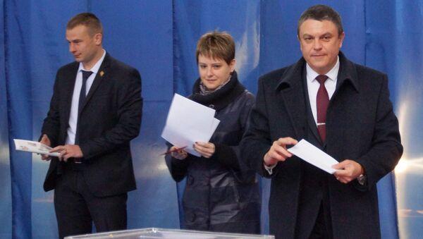 Исполняющий обязанности главы ЛНР Леонид Пасечник  во время голосования на выборах главы и депутатов Народного совета ЛНР в Луганске. 11 ноября 2018